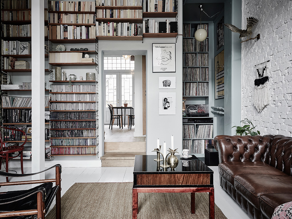 Bibliotek med nordisk inredningsstil