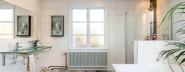 Badrum med mönstrat kakelgolv