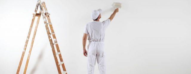 målare målar en vit vägg