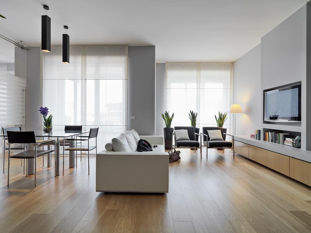 vardagsrum med slipat golv