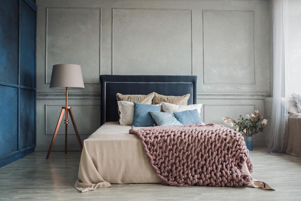 sovrum med stilren inredning